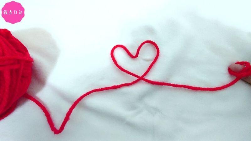 ニューボーンフォトの撮り方アイデア-毛糸で小指を繋ぐ